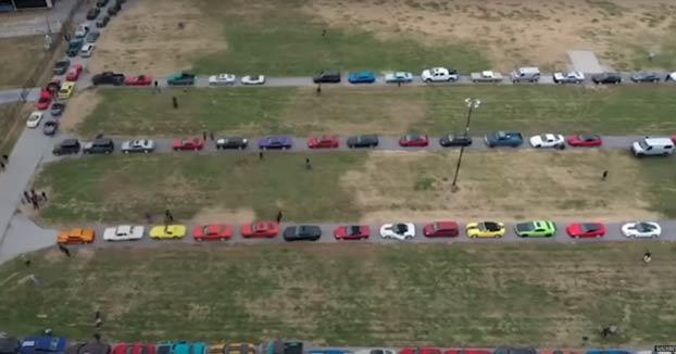Miles de coches deportivos participan en el funeral de un joven de 14 años