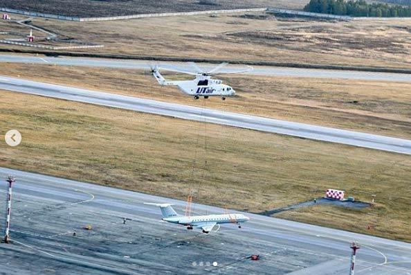 Sí, es un helicóptero transportando un avión de pasajeros
