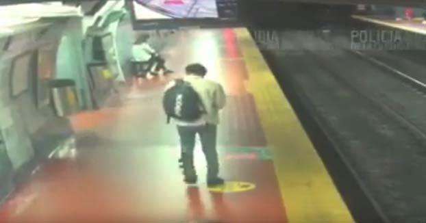 Cae a las vías del metro mientras caminaba distraído con el móvil