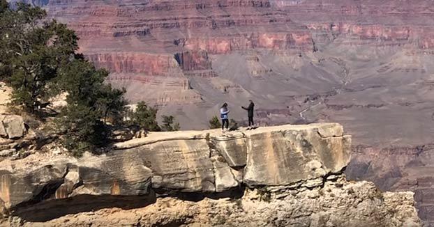Una joven casi cae al precipicio mientras intentaba fotografiar a su madre en el Gran Cañón