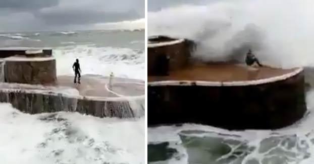 Imprudencia en Zarautz: Retan al oleaje y saltan al agua con olas de 7 metros de altura