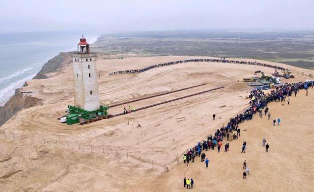 Mueven el faro de Rubjerg Knude, de 120 años y de más de 720 toneladas, para evitar que sea tragado por el mar
