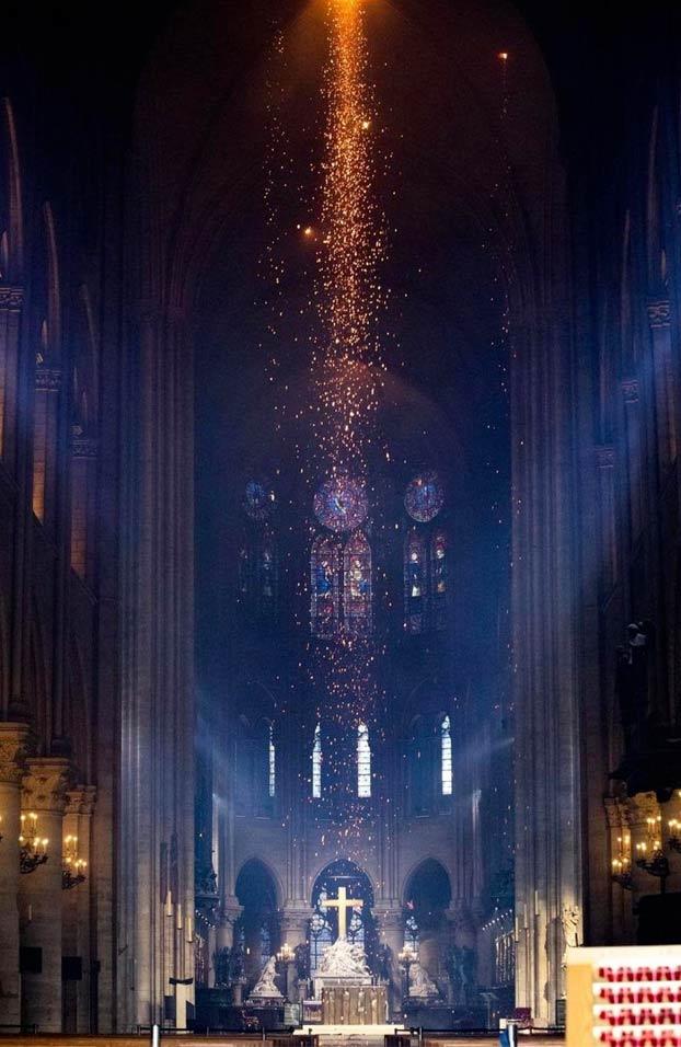 El momento justo antes de que el techo de Notre Dame se derrumbara