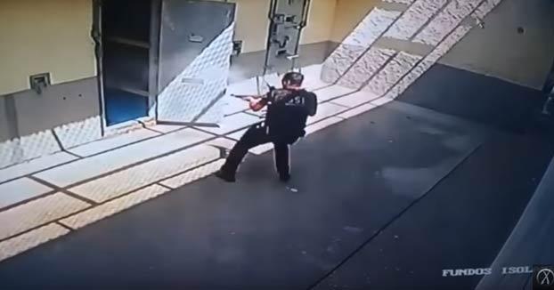 Prisioneros brasileños encierran a una guardia en su celda