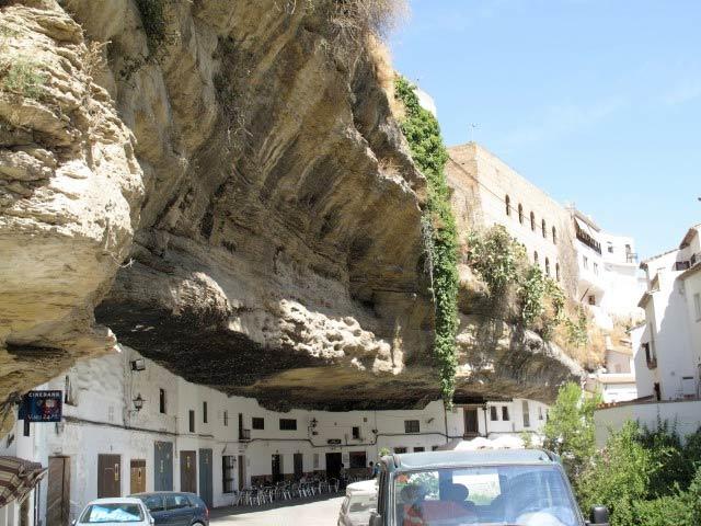 Vivir bajo una gigantesca roca: casas y pueblos 'aplastados' por toneladas de piedra
