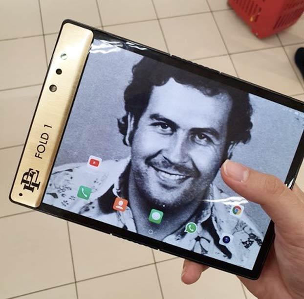 'Escobar Fold 1', el smartphone plegable con el que el hermano de Pablo Escobar (sí, el narcotraficante) quiere ''acabar'' con Apple