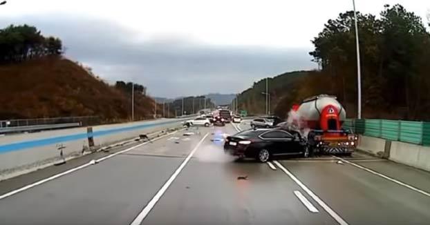 Accidente múltiple en una carretera de Seúl. Un hombre se pone en mitad de la autovía a avisar a los que vienen y se salva de ser atropellado en varias ocasiones