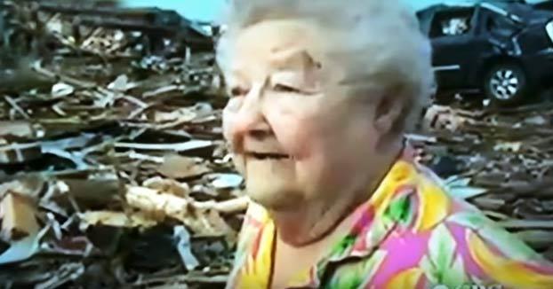 Esta anciana encuentra vivo a su perro tras un tornado mientras que la estaban entrevistando en directo