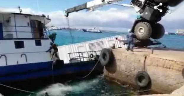 Momento exacto del hundimiento de un barco con 2.200 litros de diesel en las islas Galápagos
