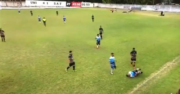 Una brutal entrada a un futbolista del equipo rival provoca una batalla campal en Argentina
