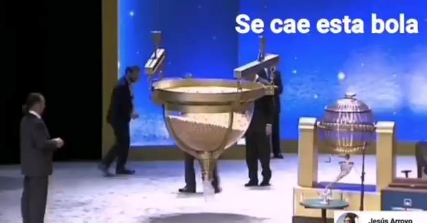 Nuevo vídeo en el que se ve como una bola del sorteo de Navidad cae al suelo y le dan otra al operario
