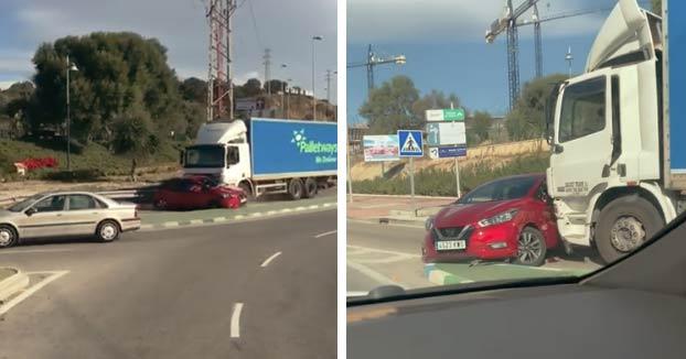Un camionero embiste a un coche en Málaga, lo arrastra 500 metros y ni se da cuenta