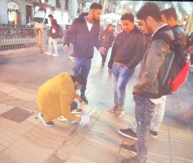 Cuatro jóvenes echan cemento sobre el memorial del atentado de Barcelona
