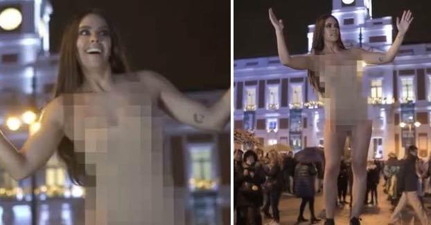 Cristina Pedroche se desnuda en la Puerta del Sol antes de dar las Campanadas
