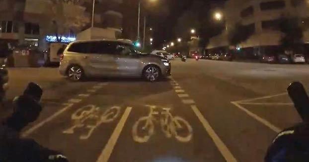 La surrealista discusión entre un ciclista y un conductor en Barcelona: ''Estoy desorientado, soy mayor y tonto del culo''