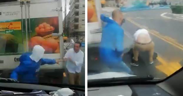 El fuerte viento en San Sebastián arrastra a un hombre y se golpea fuertemente contra la esquina de un camión