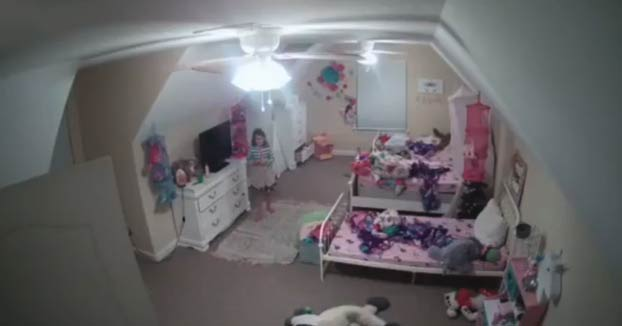 ''Soy tu mejor amigo'': el momento en que un hombre accede a la cámara Ring de la habitación de una niña de 8 años