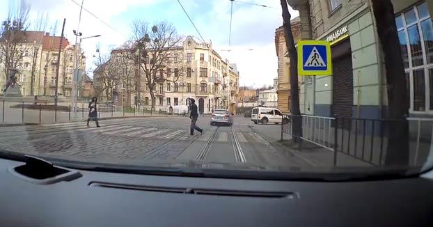 Un hombre derriba de un puñetazo a una mujer que cruzaba la calle con su perro en brazos