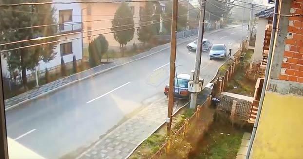 Se salva por los pelos de ser arrollado por dos coches que chocaron