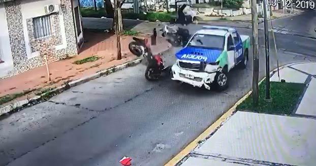 Tres ladrones cometen un robo y uno de ellos muere cuando escapaban en moto