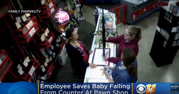 Un bebé se cae del mostrador mientras su madre tiene un rifle en las manos