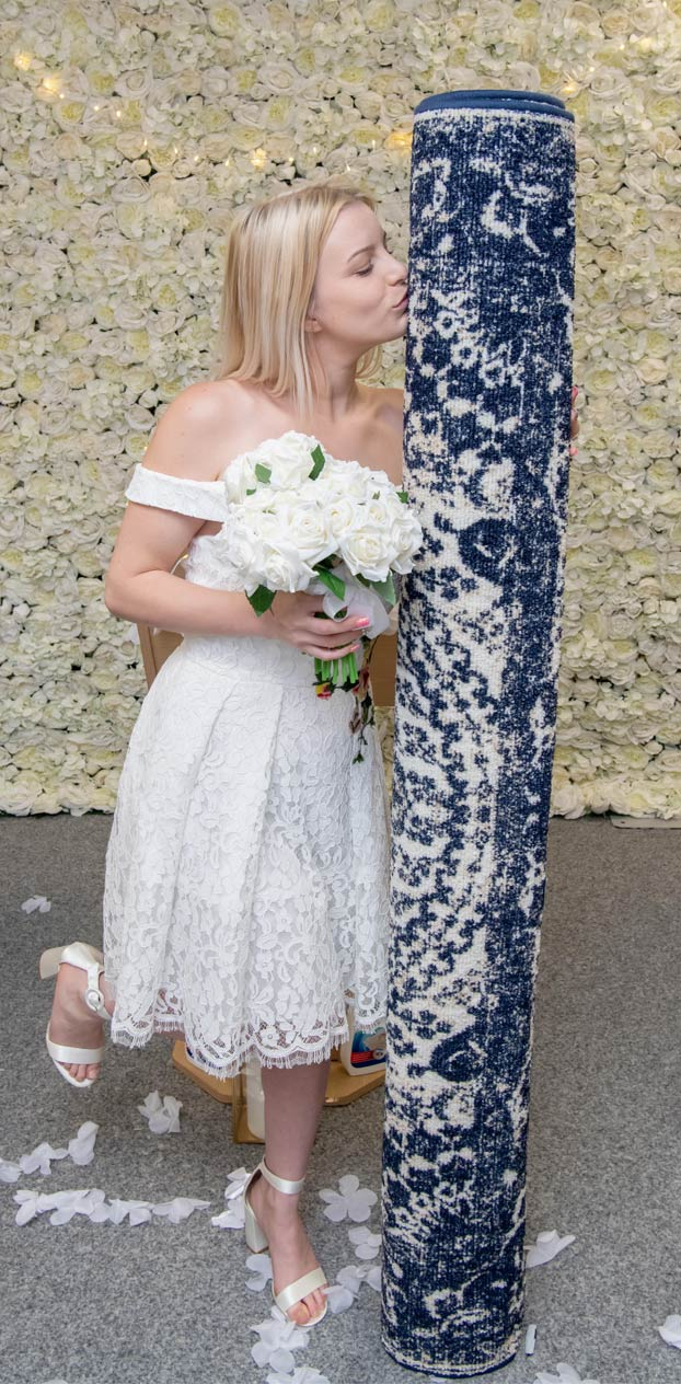 Una madre soltera de 26 años se casa con una alfombra
