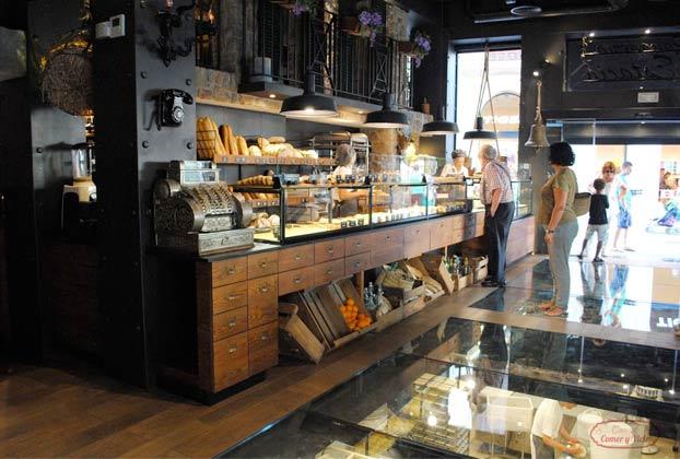 La panadería S'Estació de Palma de Mallorca tiene el suelo de cristal para que los clientes puedan ver a los trabajadores hacer el pan