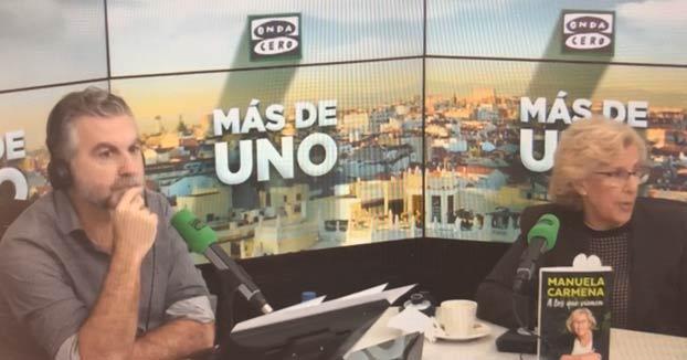 Alguien se tira un pedo en el programa de Carlos Alsina mientras entrevistan a Manuela Carmena. Ojo a la reacción del presentador