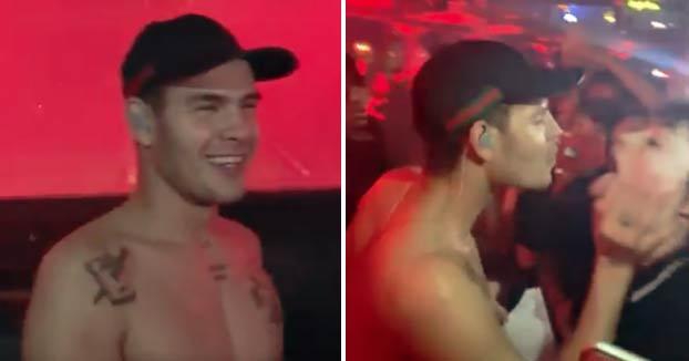 El rapero Slowthai escupe en la boca de una fan que se lo pide en pleno concierto