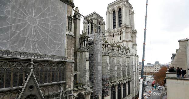 Las cámaras de televisión entran al interior de Notre-Dame para ver cómo van las labores de restauración