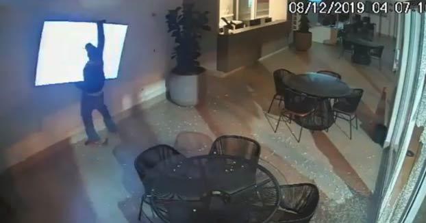 En Brasil una cámara de vigilancia grabó una escena que parece sacada de una comedia de Óscar