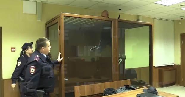 Un joven consigue salir de jaula durante un juicio y casi se escapa por el techo de la sala