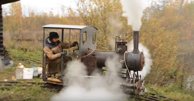 Un ruso construye una locomotora a vapor y una vía de ferrocarril de 300 metros en su jardín