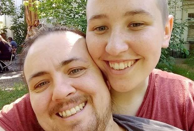 Un hombre transgénero con su pareja no binaria da a luz a un bebé usando el esperma de una mujer transgénero. El médico que insertó el semen, también era transgénero