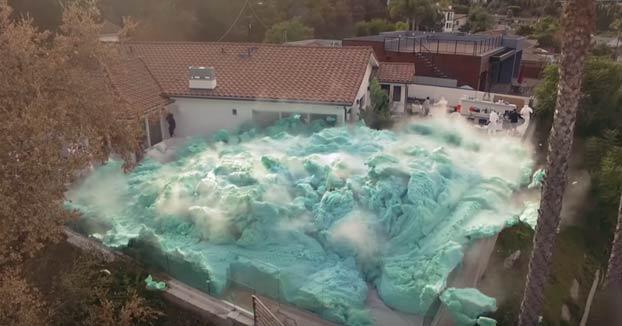 Unos youtubers hacen el volcán de espuma más grande del mundo en el patio trasero de una casa