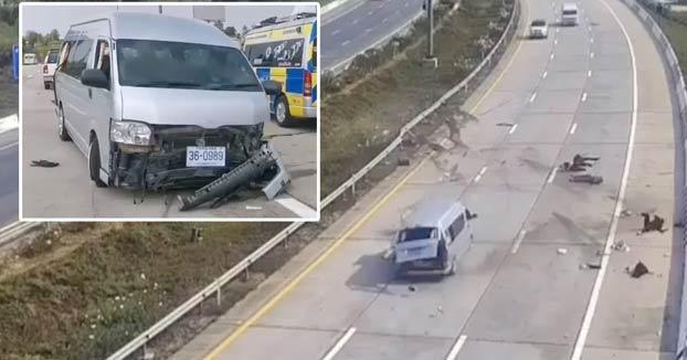 Momento en que una furgoneta choca y sus pasajeros salen despedidos en una autopista de Tailandia. Era turistas británicos y acababan de llegar al país