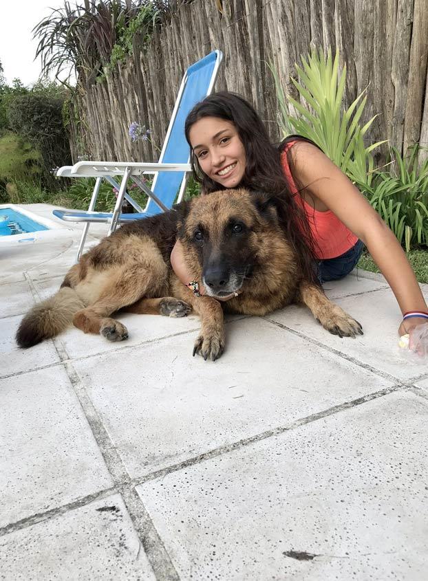 Esta chica se estaba haciendo una sesión de fotos con un perro y terminó mal: Recibió más de 20 puntos en la cara