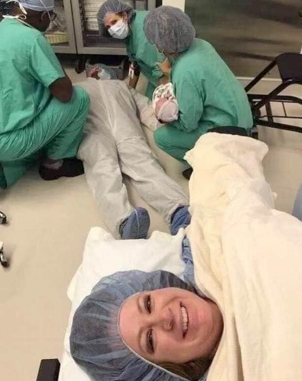 Un padre se desmaya en el parto de su mujer y ella inmortaliza el momento con un selfie