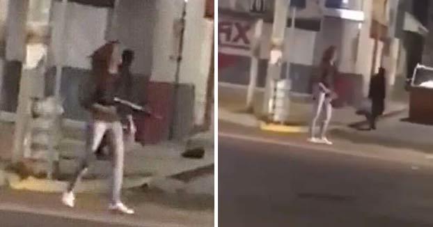 Una mujer le roba un fusil de asalto a un policía y se pone a disparar contra la gente