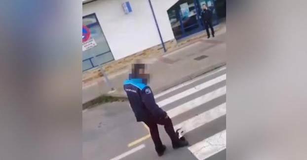 Un policía local de A Coruña aparta con el pie a un gato malherido que había sido atropellado
