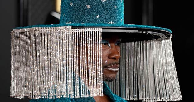 El actor Billy Porter aparece en la alfombra roja con un sombrero que se abre y cierra como una cortina