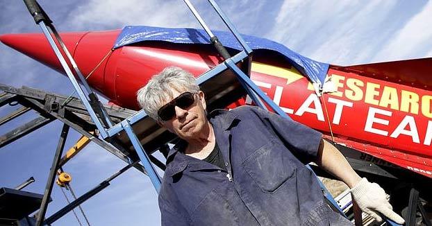 Muere el terraplanista Mike Hughes al estrellarse en su cohete casero. Vídeo del accidente