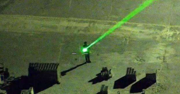 Un hombre se dedica a apuntar con un láser a los aviones que aterrizan en el aeropuerto de Sarasota-Bradenton