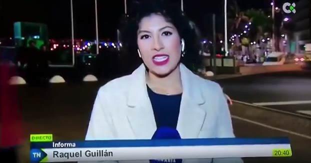 Un joven besa a una reportera de la Televisión Canaria mientras informaba en directo