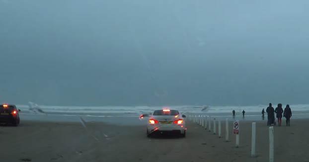 Ir a la playa con los coches a ver la tormenta Dennis, ¿qué podría salir mal?