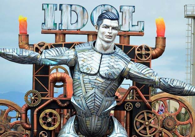 Un robot gigante de Cristiano Ronaldo se convierte en la estrella del carnaval de Viareggio, en Italia