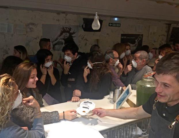 El restaurante Baserriberri de Pamplona crea el ''Croquetavirus'', un pincho que se come con una mascarilla