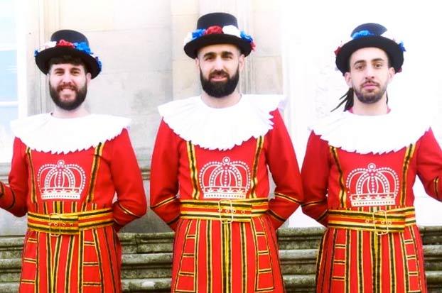 Se disfrazan de Beefeaters y los turistas creen que son la guardia de la Diputación de Pontevedra