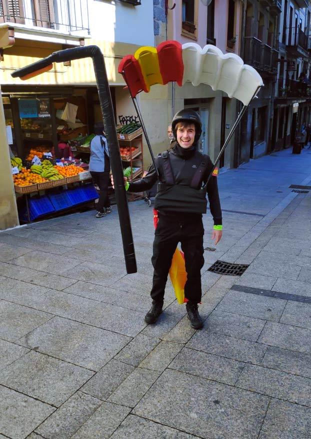 Disfraz de paracaidista enganchado en una farola