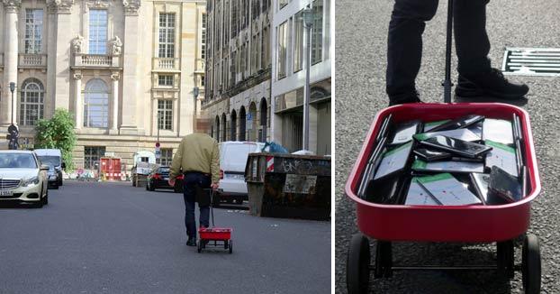 Hackeando a Google Maps: Un hombre lleva 99 móviles en una carretilla por diferentes calles para provocar un atasco virtual en la aplicación
